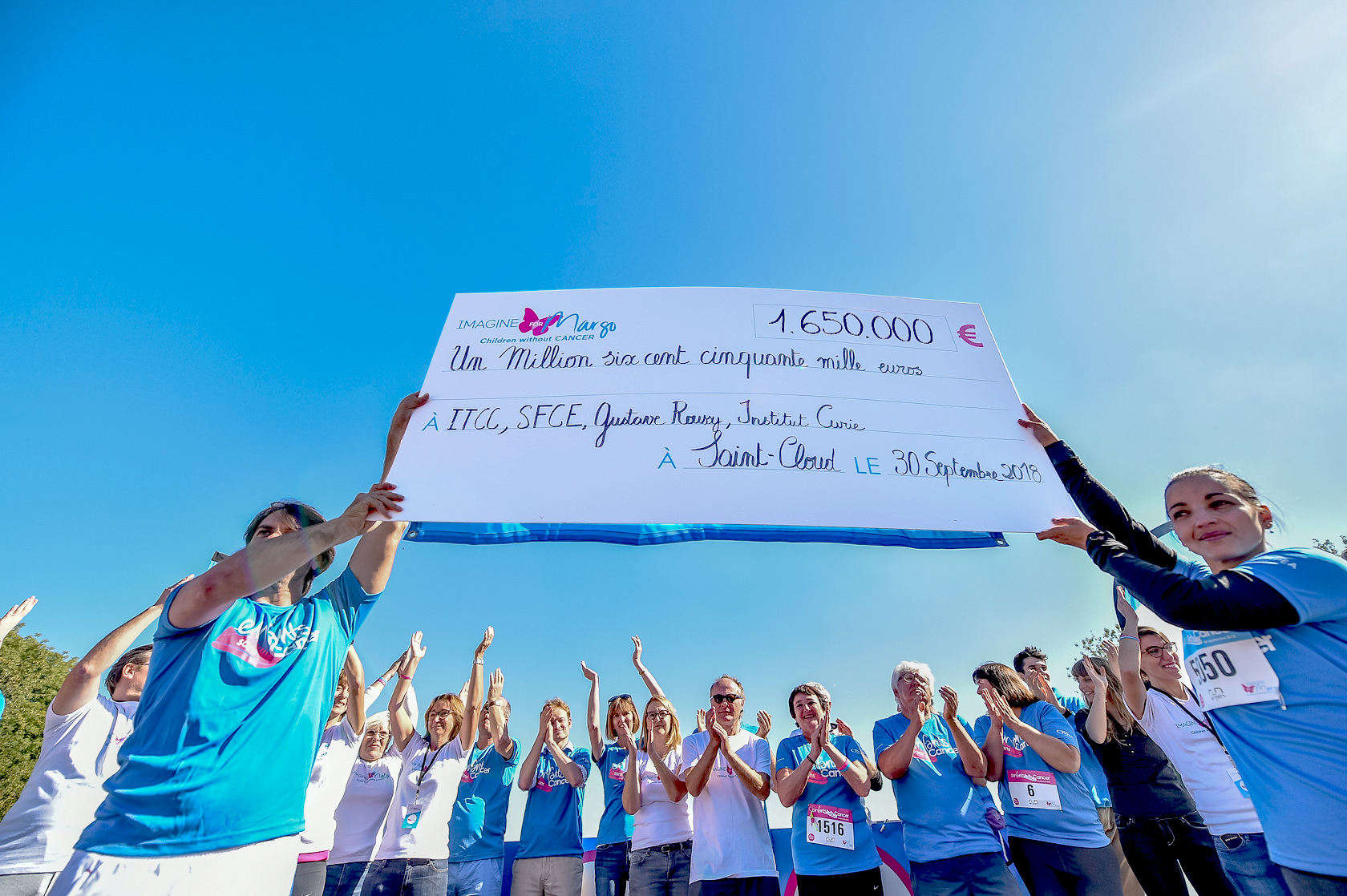 un magnifique chèque de 1,65 million d'euros a été remis aux chercheurs lors de la course Enfants sans Cancer 2018 pour financer de nouveaux traitements pour les enfants malades