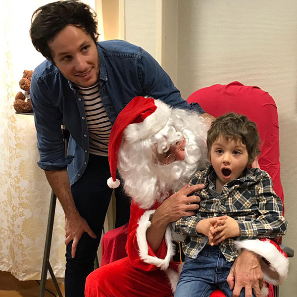 Vianney rend visite aux enfants dans les hôpitaux pour Noël